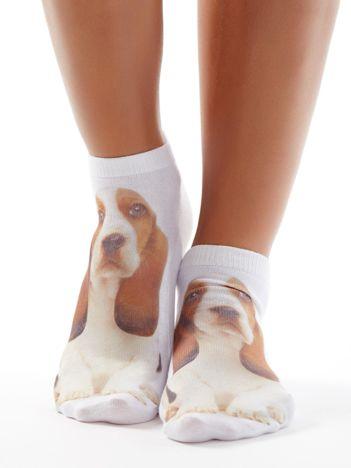 Białe stopki z nadrukiem psa Basseta