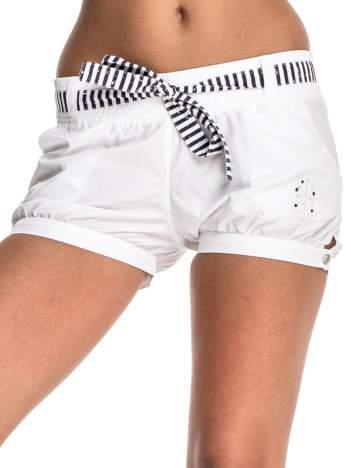Białe szorty damskie w stylu marynarskim
