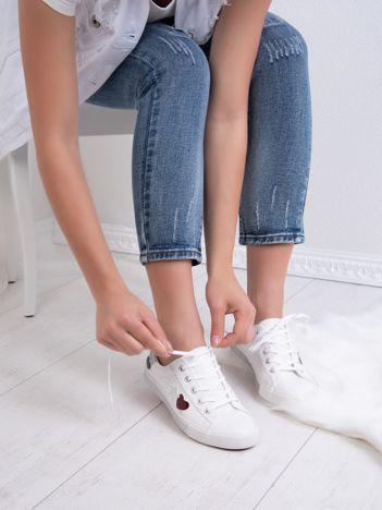 Białe tenisówki Kylie z kolorowymi serduszkami