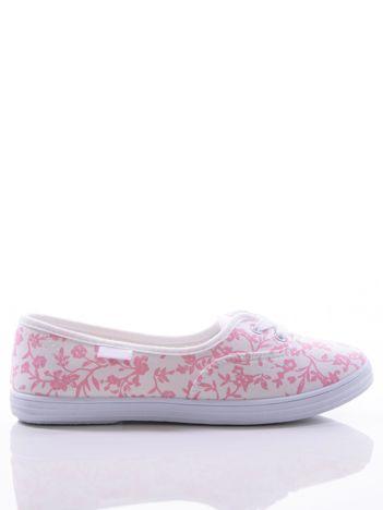 Białe tenisówki w różowe kwiatki z ozdobnym sznurowaniem na przodzie