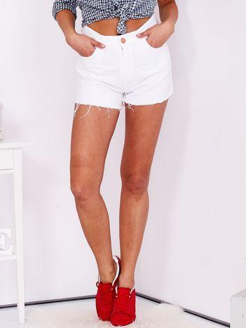 Białe wystrzępione szorty damskie