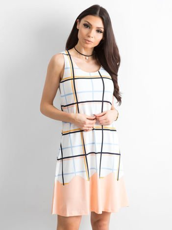 Biało-brzoskwiniowa sukienka w kolorową kratę