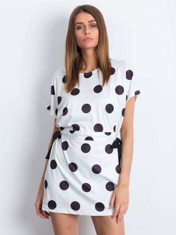 Biało-czarna sukienka oversize w grochy z wiązaniem