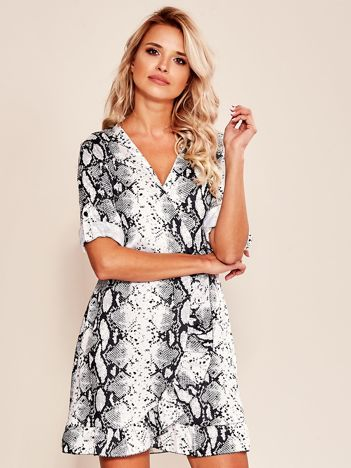 Biało-czarna wzorzysta sukienka z falbaną