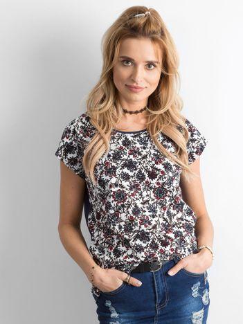 Biało-granatowy t-shirt w kwiatki