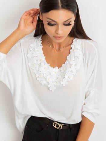 Biały cienki sweter oversize z ozdobnym dekoltem