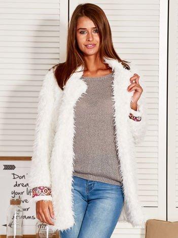 Biały futrzany płaszcz z wstawkami boho