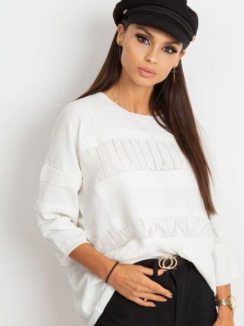 Biały sweter w delikatny wzór