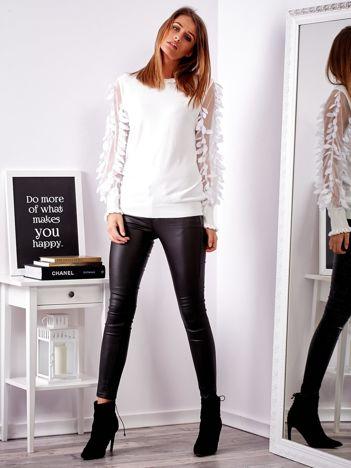 Biały sweter z piórkami