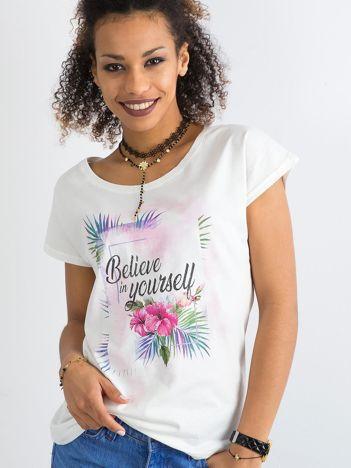 Biały t-shirt damski z motywem roślinnym