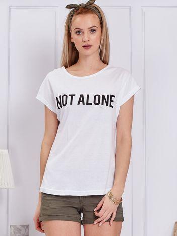 Biały t-shirt damski z napisem NOT ALONE