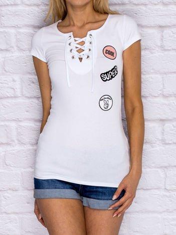 Biały t-shirt lace up z naszywkami