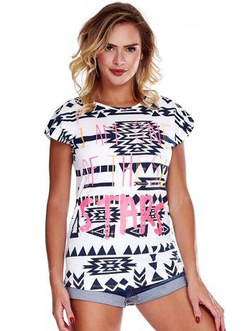 Biały t-shirt w geometryczne wzory z napisem