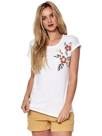 Biały t-shirt w roślinne wzory