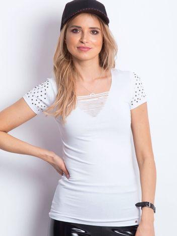 Biały t-shirt z aplikacją i rozcięciami