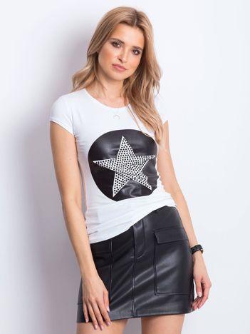 Biały t-shirt z biżuteryjną gwiazdą