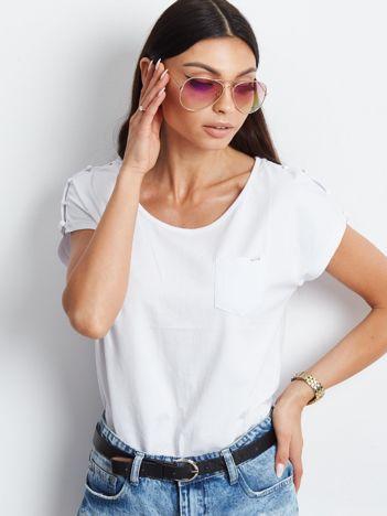 Biały t-shirt z kieszonką i guzikami na ramionach