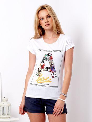 Biały t-shirt z kwiatową literą A