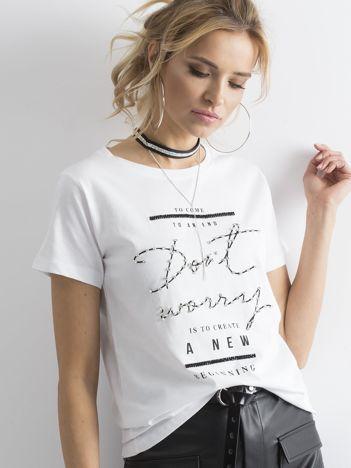 Biały t-shirt z napisami i cyrkoniami