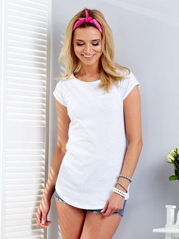 Biały t-shirt z podwijanymi rękawami