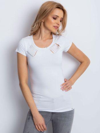 Biały t-shirt z rozcięciami i aplikacją