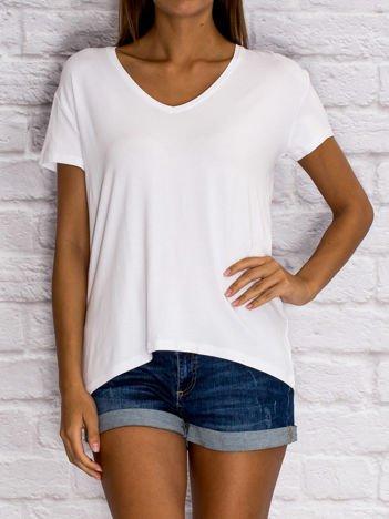 Biały t-shirt z trójkątnym dekoltem