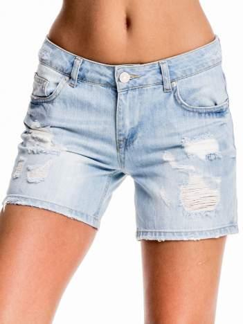 Błękitne jeansowe szorty z przetarciem