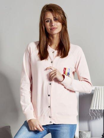 Bluza bomberka z kolorową naszywką jasnoróżowa