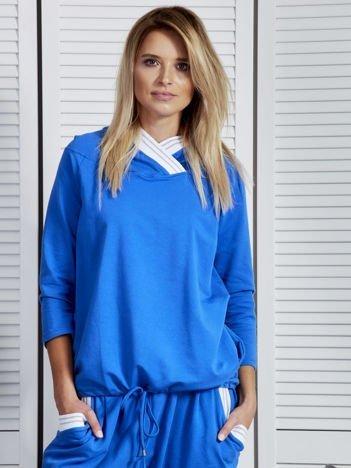 Bluza damska z ozdobną taśmą przy kapturze niebieska