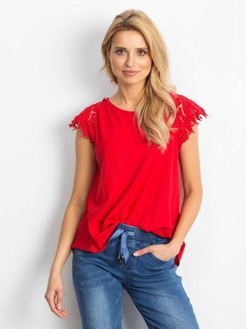 Bluzka czerwona z koronkowymi rękawami
