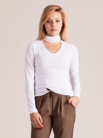 Bluzka z perełkami i chokerem biała