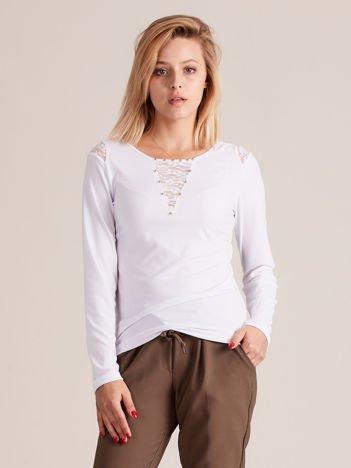 Bluzka z perełkami na dekolcie biała