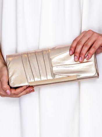 Błyszcząca kopertówka z asymetrycznymi plisami złota