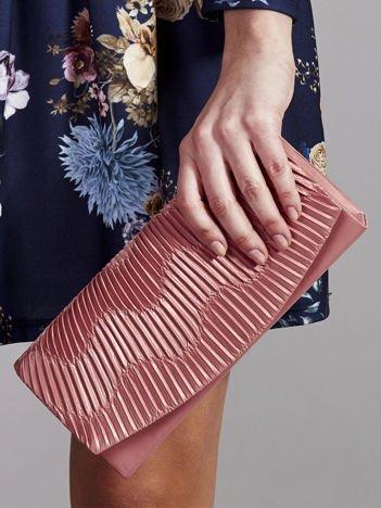 Błyszcząca kopertówka z karbowaniem ciemno różowa