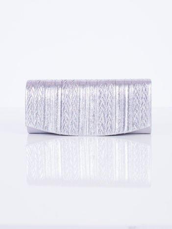 Błyszcząca kopertówka z ozdobnym tłoczeniem srebrna