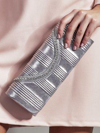 Błyszcząca plisowana kopertówka z dzetami srebrna