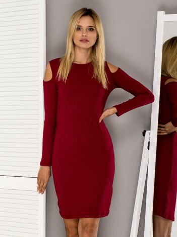 Bordowa prążkowana sukienka z wycięciami
