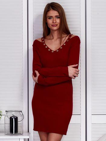 Bordowa sukienka z ażurowymi kółeczkami
