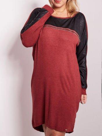 Bordowa sukienka z dżetami i długim rękawem PLUS SIZE