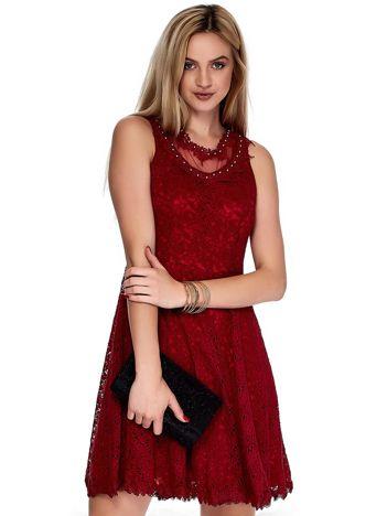 Bordowa sukienka z koronki z perełkami