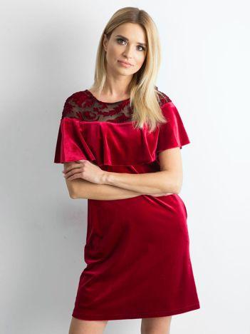 Bordowa welurowa sukienka z falbaną