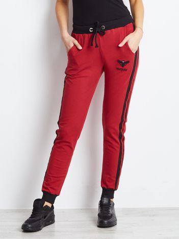 Bordowe bawełniane spodnie dresowe z lampasami