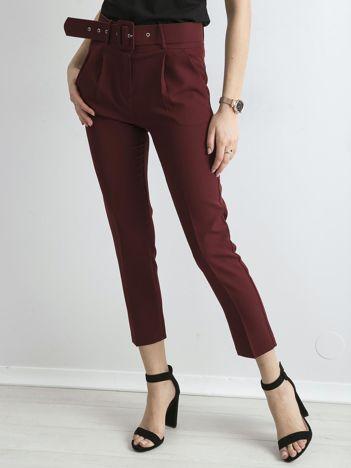 Bordowe spodnie cygaretki z paskiem