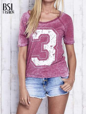 Bordowy dekatyzowany t-shirt z cyfrą 3