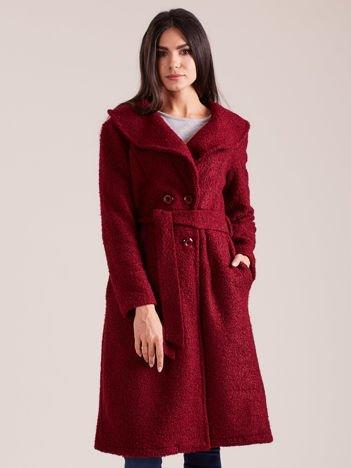 Bordowy płaszcz boucle z paskiem