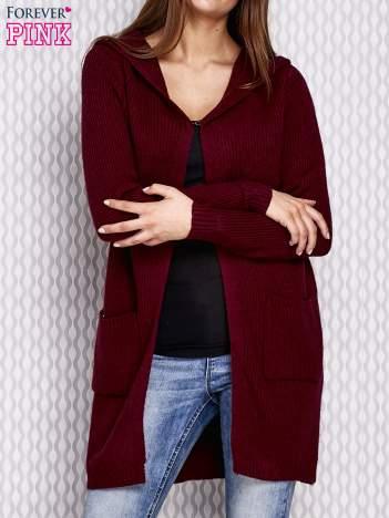 Bordowy sweter z kapturem w prążek