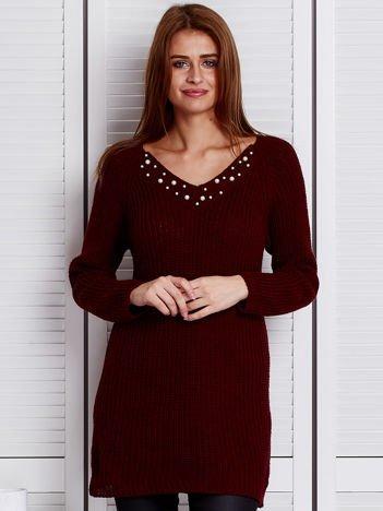 Bordowy sweter z perełkami przy dekolcie
