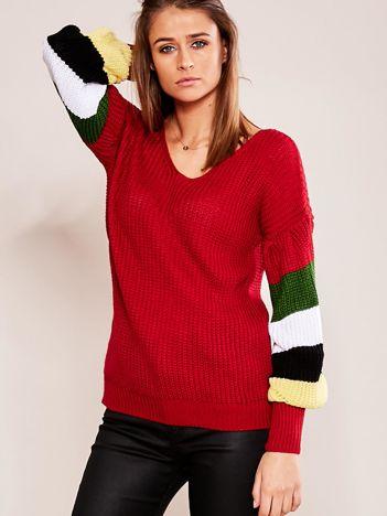 Bordowy sweter z rękawami w paski