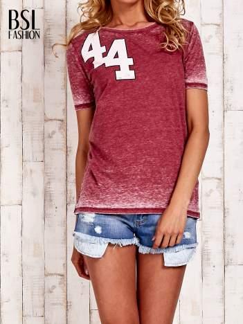 Bordowy t-shirt z numerkiem efekt acid wash