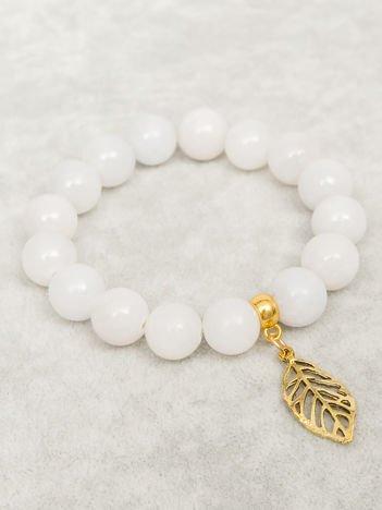 Bransoletka damska jasnoszara z perełkami i złotą zawieszką w postaci ażurowago listka